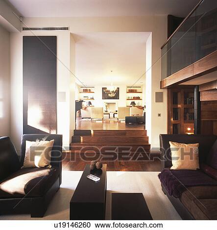 Nero, chaiselongues, in, moderno, bianco, soggiorno, con, diviso, pavimento  Archivio Immagini