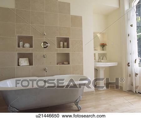 Nische, regale, auf, beige, gekachelte mauer, hinter, metallisch, clawfoot,  bad, in, modernes, badezimmer, mit, weiß, sockel, reservoir Stock Bild