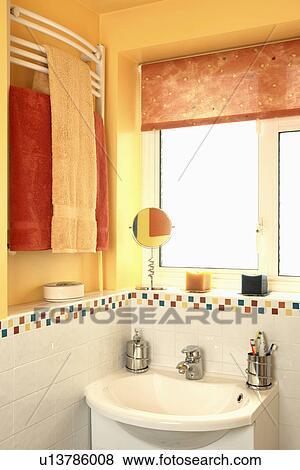 Orange, aveugle, sur, fenêtre, au-dessus, blanc, bassin, dans, jaune,  famille, salle bains, à, rouge jaune, serviettes, sur, wall-mounted,  radiateur ...