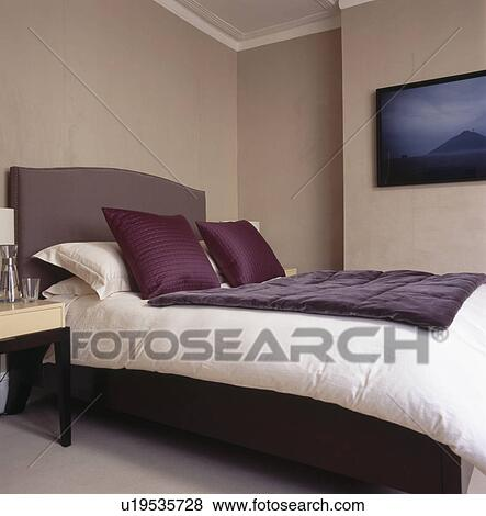 Fotos - púrpura, terciopelo, tiro, y, crema, colcha, cama, con ...