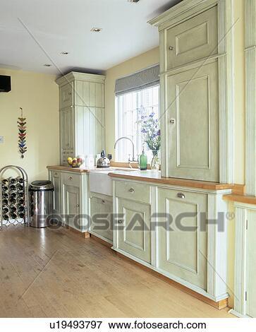 Pastel, vert, peint, bois, armoires, et, unités, dans, pâle, jaune,  cuisine, à, plancher bois Banque de Photo