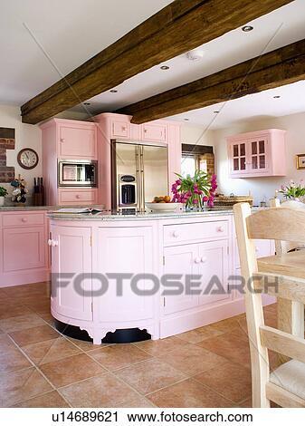 Pastell Rosa Gepasst Einheiten Und Gestrahlt Decke In Landhauskuche Mit Terracotta Fussbodenfliesen Stock Bild