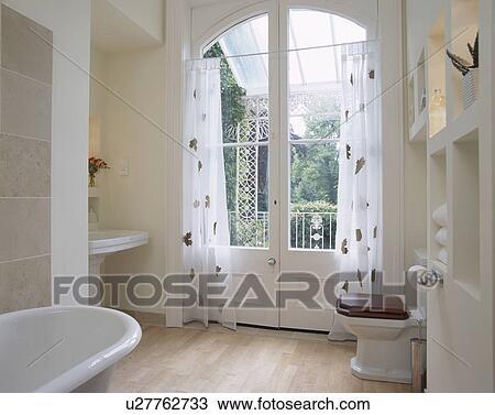 Stock Foto - patterned, witte, voile, gordijnen, op, frans deuren ...
