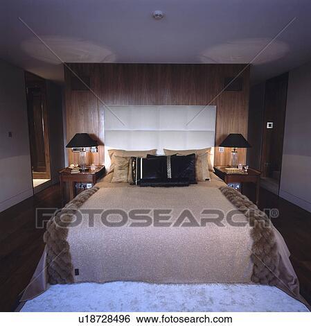 Pelliccia faux, lancio, e, imbottito, testata letto, letto, in, moderno,  casa a schiera, camera letto Archivio fotografico