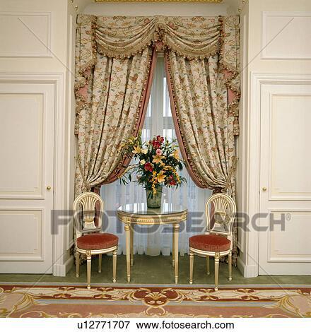 Image Petit Dorure Chaises Et Table Devant Fenêtre à
