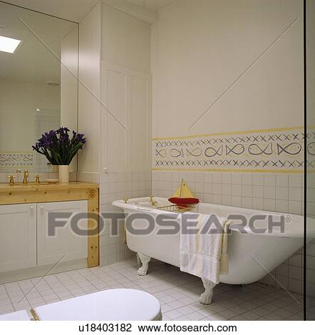 https://fscomps.fotosearch.com/compc/UNS/UNS052/rolltop-bad-in-hippe-badkamer-met-stock-foto__u18403182.jpg