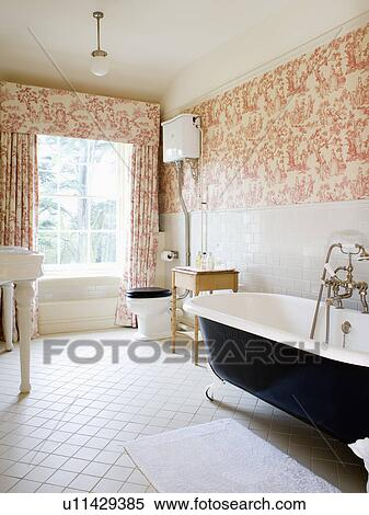 Stock bild rosa toile de jouy vorh nge und for Badezimmer tapezieren