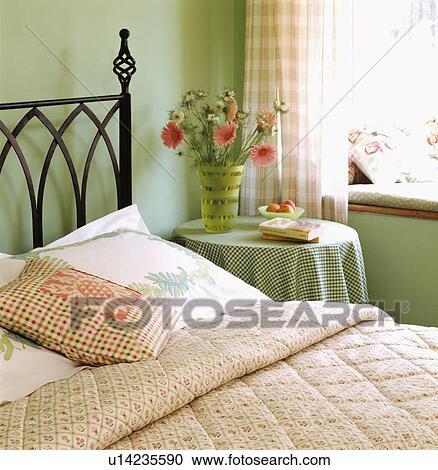 Rose, modelé, édredon, sur, noir, métal, lit, dans, pastel, vert ...
