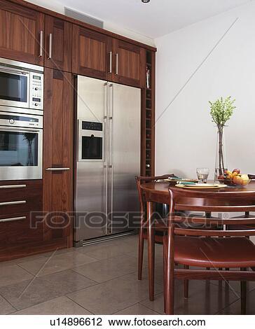 Rostfreier stahl, american-style, kühlschrank tiefkühlschrank, in,  modernes, kueche, mit, kreisrunder, eßtisch Stock Bild