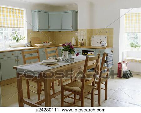 Semplice, tavola legno, e, sedie, in, cottage, cucina, sala da ...