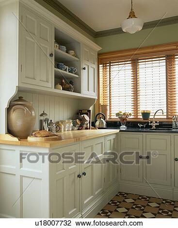 Stock Foto Slatted Holzern Blenden Auf Fenster In Kueche In