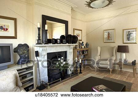 Marmer In Woonkamer : Stock foto spiegel op marmer openhaard in room