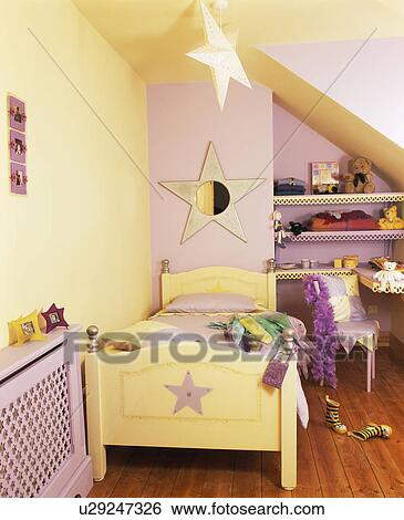Star-themed, peint, lit bois, dans, mauve, et, crème, chambre coucher  enfant Banque de Photographies