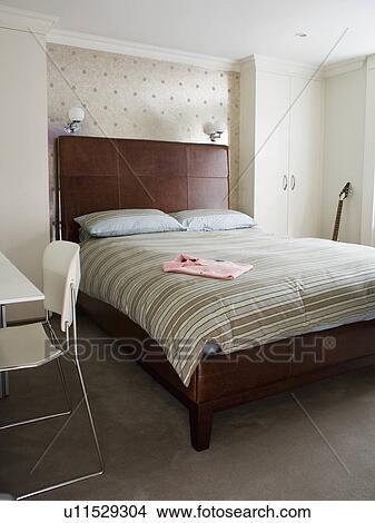 Strisce, piumone, letto, con, imbottito, marrone, cuoio, testata letto, in,  moderno, casa a schiera, camera letto Immagine
