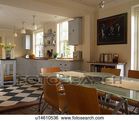 Table Verre Et Moderne Chaises Dans Pays Cuisine Salle Manger Extension A Marmoleum Plancher Banque De Photographies