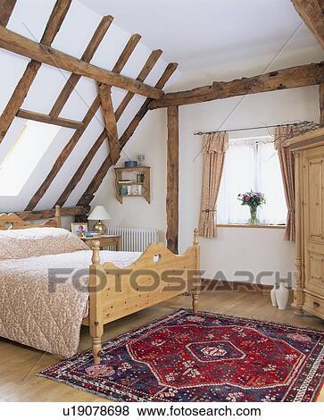 Tapis oriental, sur, plancher, de, blanc, grenier, chambre à coucher, à,  lit pin Banque de Photo