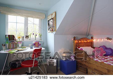 Pastel Blauw Slaapkamer : Stock foto tiener pastel blauwe zoldertjes slaapkamer met