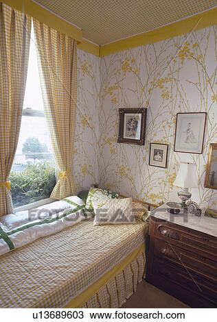 banque de photo jaune v rifi rideaux sur fen tre au dessus lit jaune v rifi. Black Bedroom Furniture Sets. Home Design Ideas