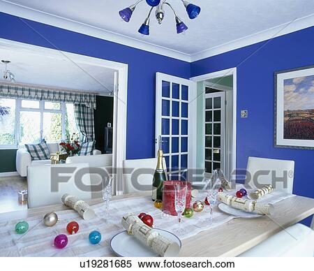 archivio immagini - vetro, baubles, e, bianco, cracker, su, tavola ... - Soggiorno Blu E Bianco