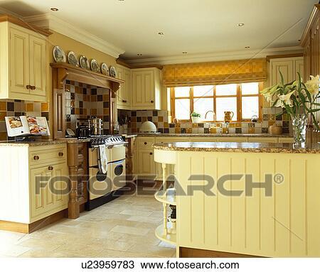 Banque de photo cr me bois unit s dans p le jaune for Deco cuisine jaune pale