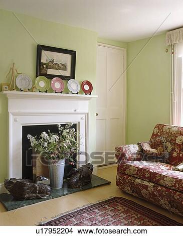 Stock Foto   Vase Blumen, In, Weiß, Kaminofen, In, Pastell, Grün, Wohnzimmer,  Mit, Rot, Blumen , Sofa