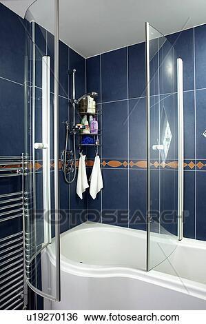 Verre, douche, portes, sur, courbé, blanc, bain, dans, salle bains, à,  noir, tuiles mur Banque de Photographies