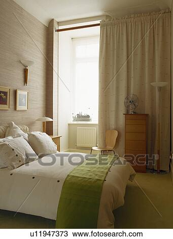Vert, jeter, lit, à, blanc, oreillers, et, édredon, dans, moderne ...