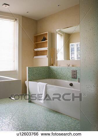 Vert, mosaïque, plancher carrelé, et, splashback, au-dessus, blanc, bain,  dans, moderne, salle bains Banque de Photographies