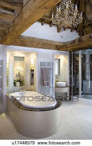 Vidrio, araña de luces, en, de madera, emitido, techo, sobre, baño ...