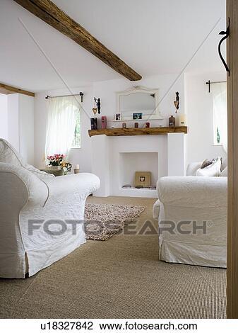 Weiss Sofas In Weiss Land Lebensunterhalt Zimmer Mit Sisal Teppich Stock Bild