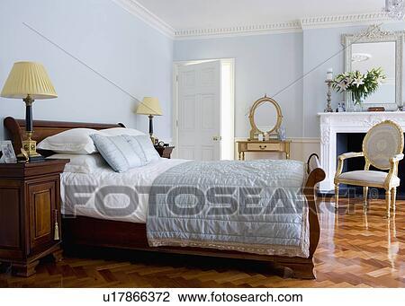 Pastel Blauw Slaapkamer : Stock foto witte hoofdkussens en linnen en bleek blauw
