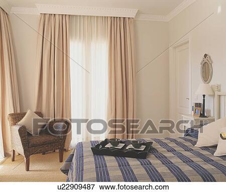 azul comprobado bedlinen cama en moderno dormitorio con beige cortinas - Cortinas Beige