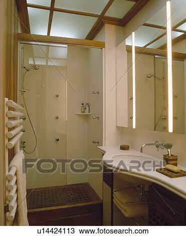 Barreras, en, moderno, cuarto de baño, con, iluminación de la tira ...