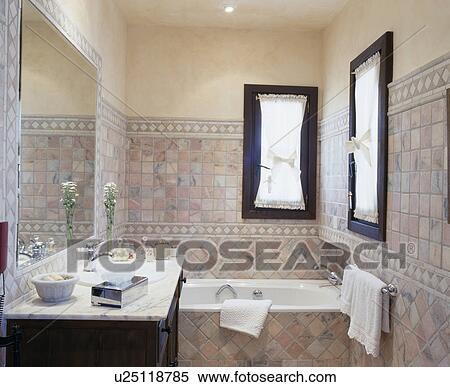 Stock Afbeelding - beige, keramisch, tiled, spaanse, badkamer ...