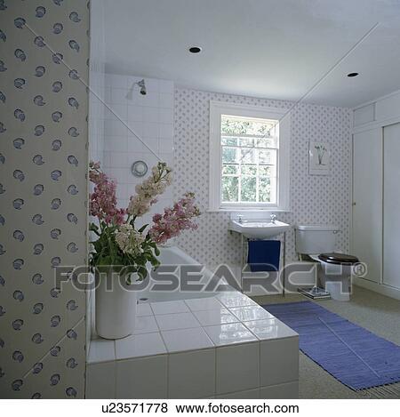 Blau Teppich In Weiss Land Badezimmer Mit Blau Weiss Blumen Fliesen Stock Foto