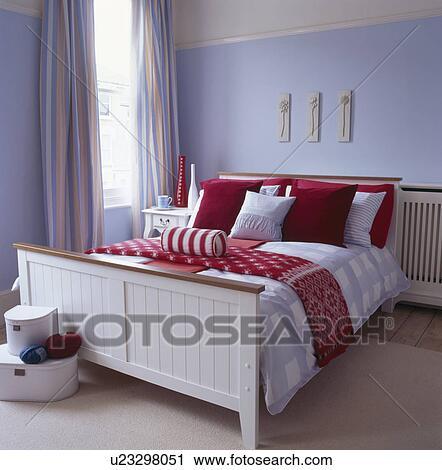 Czerwony I Biały Poduszki I Bedlinen Na Białym Drewniane łóżko W Pastel Błękitny Sypialnia Bank Zdjęć