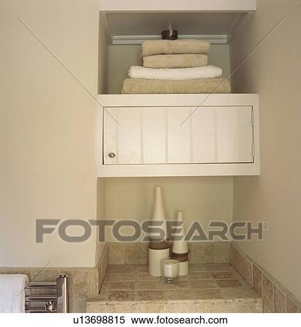 Dichtbegroeid Boven Van Stapel Van Handdoeken Op Kast Plank In Hippe Badkamer Stock Fotografie