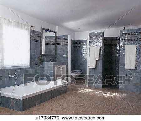 Stock Fotografie - gedaald bad, in, blauwe, tiled, spaanse, badkamer ...