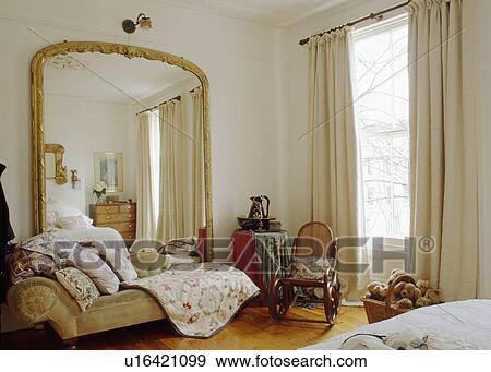 Stock Fotografie - groot, verguld, antieke, spiegel, boven ...