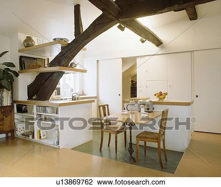 Holztisch, Und, Stühle, In, Modernes, Weiß, Kueche, In, Dachgeschoss,  Bekehrung, Mit, Regale, Auf, Groß, Ached, Balken