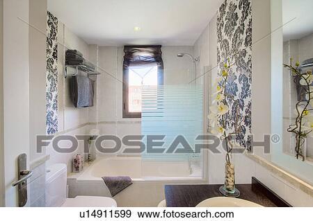 Klein Modernes Badezimmer Mit Grauer Fliesenmuster Und Gross Abdruck Tapezieren Auf Zwei Walls Stock Foto