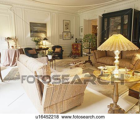 Knole, divano, in, francese, casa a schiera, soggiorno, con, illuminato,  lampada, su, piccolo, tavola Archivio Fotografico