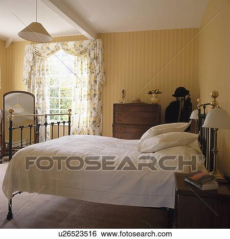 Laiton, lit, à, blanc, bedlinen, dans, jaune, chambre à coucher Banque de  Photographies