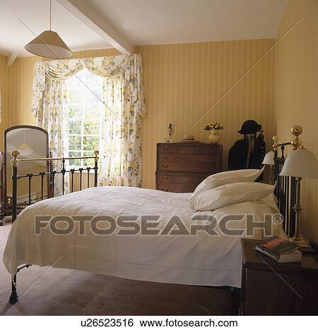Stock Afbeeldingen - messing, bed, met, witte, bedlinen, in, gele ...