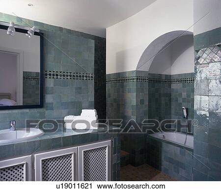 Archivio fotografico - moderno, spagnolo, bagno, con, parete verde ...