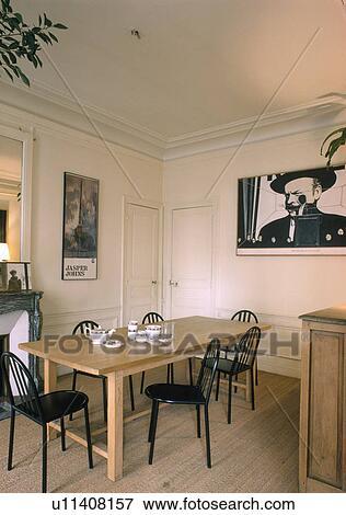 Noir, métal, chaises, et, table bois, dans, moderne, salle manger, à,  plancher bois Banque de Photo