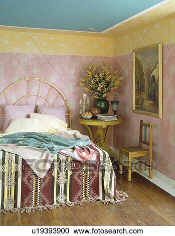 Peint, rose jaune, murs, dans, ethnic-style, chambre à coucher, à, kelim,  jeter, lit Banque d\'Image