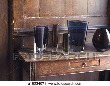 Credenza Moderna Marrone : Archivio fotografico primo piano di moderno marrone vasi