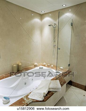 https://fscomps.fotosearch.com/compc/UNS/UNS053/recessed-verlichting-boven-douche-stock-afbeeldingen__u15812906.jpg