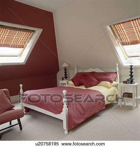 Rouge jaune, lin, blanc, lit, dans, grenier, conversion, chambre à coucher,  à, mur rouge Banques de Photographies